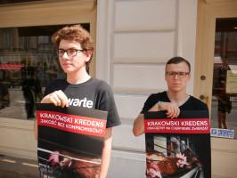 """Zdjęcie numer 6 - galeria: Aktywiści """"Otwartych Klatek"""" protestowali przed sklepem Krakowskiego Kredensu (zdjęcia)"""