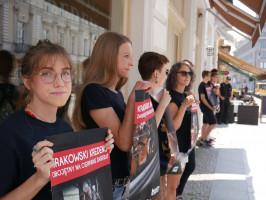 """Zdjęcie numer 5 - galeria: Aktywiści """"Otwartych Klatek"""" protestowali przed sklepem Krakowskiego Kredensu (zdjęcia)"""
