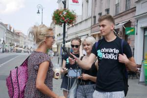 """Zdjęcie numer 7 - galeria: Aktywiści """"Otwartych Klatek"""" protestowali przed sklepem Krakowskiego Kredensu (zdjęcia)"""