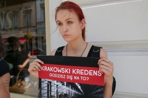 """Zdjęcie numer 8 - galeria: Aktywiści """"Otwartych Klatek"""" protestowali przed sklepem Krakowskiego Kredensu (zdjęcia)"""