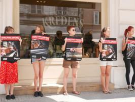 """Zdjęcie numer 9 - galeria: Aktywiści """"Otwartych Klatek"""" protestowali przed sklepem Krakowskiego Kredensu (zdjęcia)"""