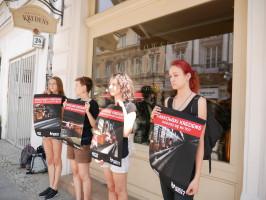 """Zdjęcie numer 10 - galeria: Aktywiści """"Otwartych Klatek"""" protestowali przed sklepem Krakowskiego Kredensu (zdjęcia)"""