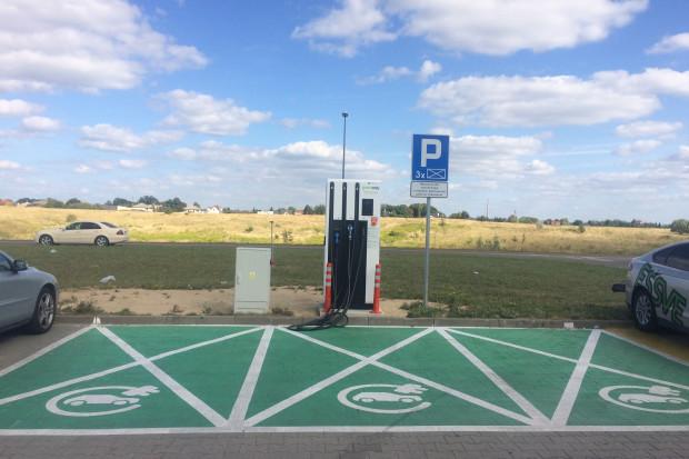 Auchan: kolejne centra z dostępem do ładowarek do samochodów elektrycznych