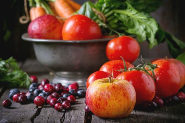 Pomidory i jabłka na czele ulubionych warzyw i owoców Polaków