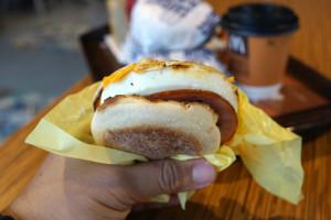 Giganci fast food stawiają na ofertę śniadaniową