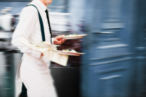 Kelnerzy narzekają na wzrost popularności kart płatniczych