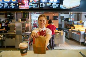 McDonald's stawia w wakacje na pracowników poniżej 18 roku życia