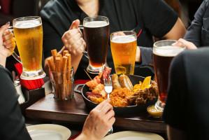 Z tymi politykami Polacy najchętniej napiliby się piwa w tym roku