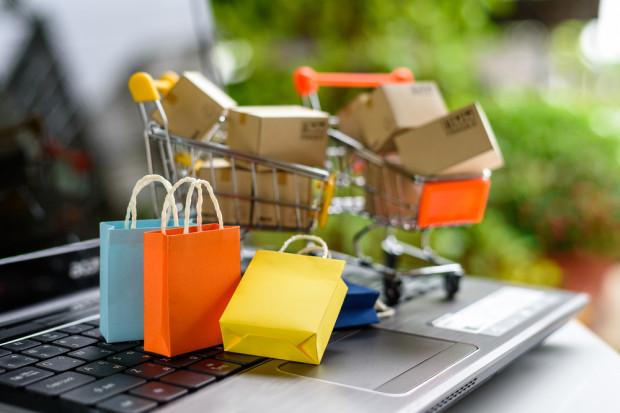 E-sklepy oferują 3-4 możliwości dostawy towaru (analiza)