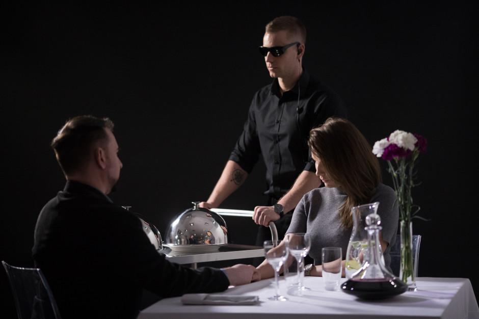 W restauracji Different, gdzie jedzenie serwują niewidomi kelnerzy, odbędzie się koncert w ciemności
