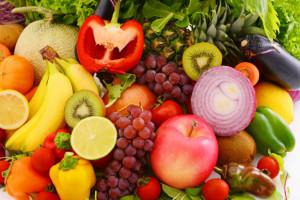 Różnokolorowe warzywa i owoce niezbędne w diecie przeciwnowotworowej