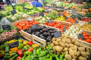 Warzywa i owoce w promocji kupujemy w dyskontach. Bez rabatów – na bazarach