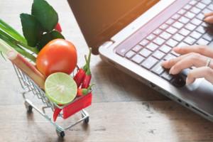 Koszyk cen: E-sklepy inwestują w ceny. Zakupy tańsze niż rok temu