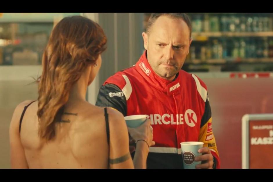 Kierowcy rajdowi promują hot-dogi i kasztanowe latte na stacjach Circle K