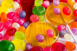 Co sprawia, że Polacy tak chętnie kupują słodycze i przekąski? (badanie)
