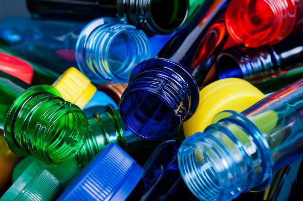 Plastik wychodzi na prostą?