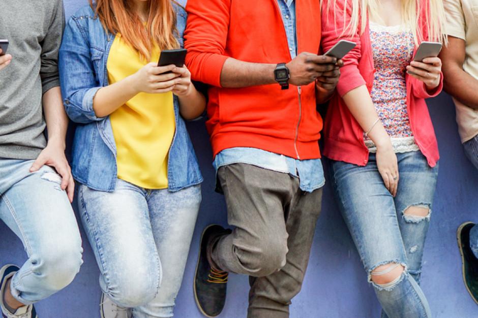 Naukowcy: Młodzi ludzie wolą nie mieć dostępu do jedzenia, niż do smartfonów
