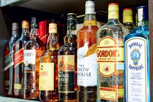 Whisky w biznesie, wódka dla rodziny. Polacy często wybierają alkohole jako prezent