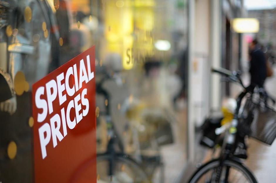 KPMG: Polacy czekają z zakupami na wyprzedaże, zamierzają wydać średnio 325 zł (raport)