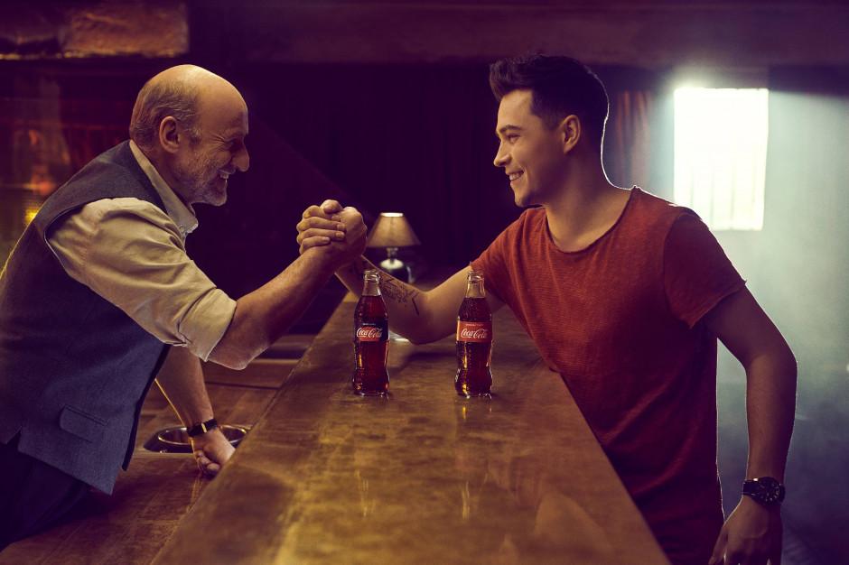 Coca-Cola: Piotr Fronczewski i youtuber ReZi w nowym spocie reklamowym