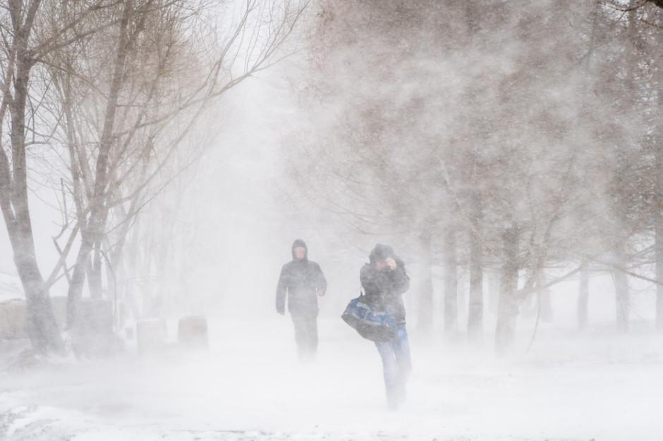 IMGW ostrzega przed intensywnymi opadami śniegu, silnym wiatrem i zamieciami
