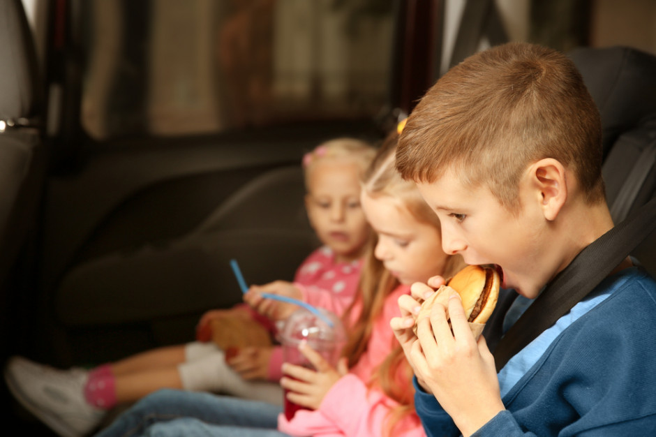 Jedzenie z Mc'Donalds i hot dogi najczęściej wybierane podczas podróży z dziećmi