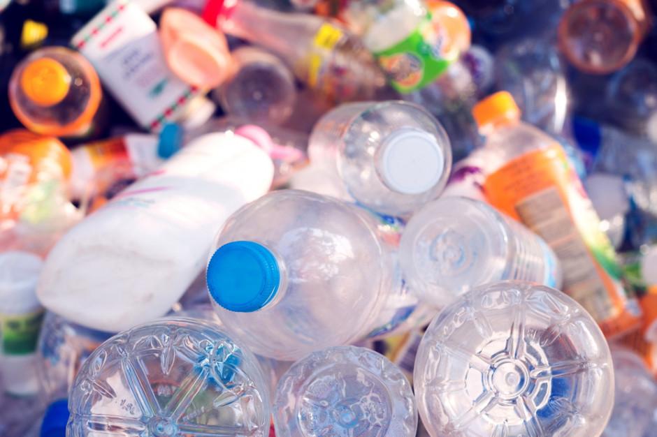 Ekonomiczny poniedziałek. Bruksela walczy z plastikową epidemią. Co to oznacza dla branży spożywczej?
