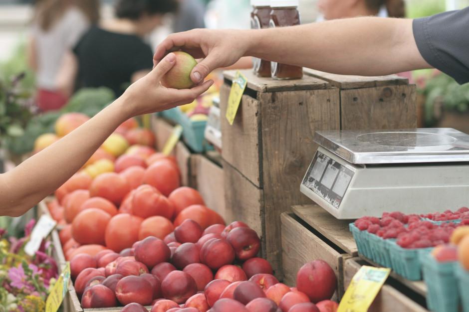 Badanie: 42 proc. społeczeństwa przyznaje się do wyrzucania produktów spożywczych