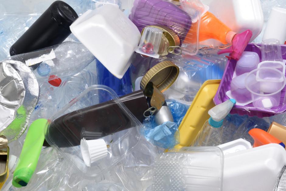 Ekonomiczny poniedziałek: Plastik na cenzurowanym. Co na to producenci żywności i handel?