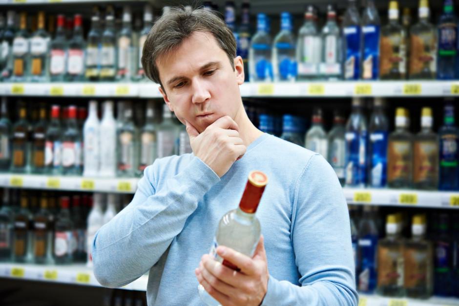 Wódkę w małych opakowaniach kupuje w Polsce 3 mln osób. Kim są konsumenci małpek? (badanie)