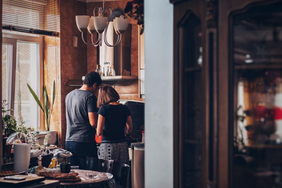 Kto spędza więcej czasu w kuchni - kobiety czy mężczyźni? Badanie firmy Frosta