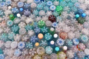 Sieci handlowe ograniczają użycie plastiku, ale nie uruchomiły w Polsce systemu kaucyjnego skupu