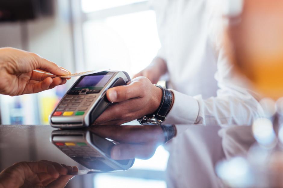 Badanie: 38 proc. transakcji w punktach handlowo-usługowych jest realizowanych za pomocą kart
