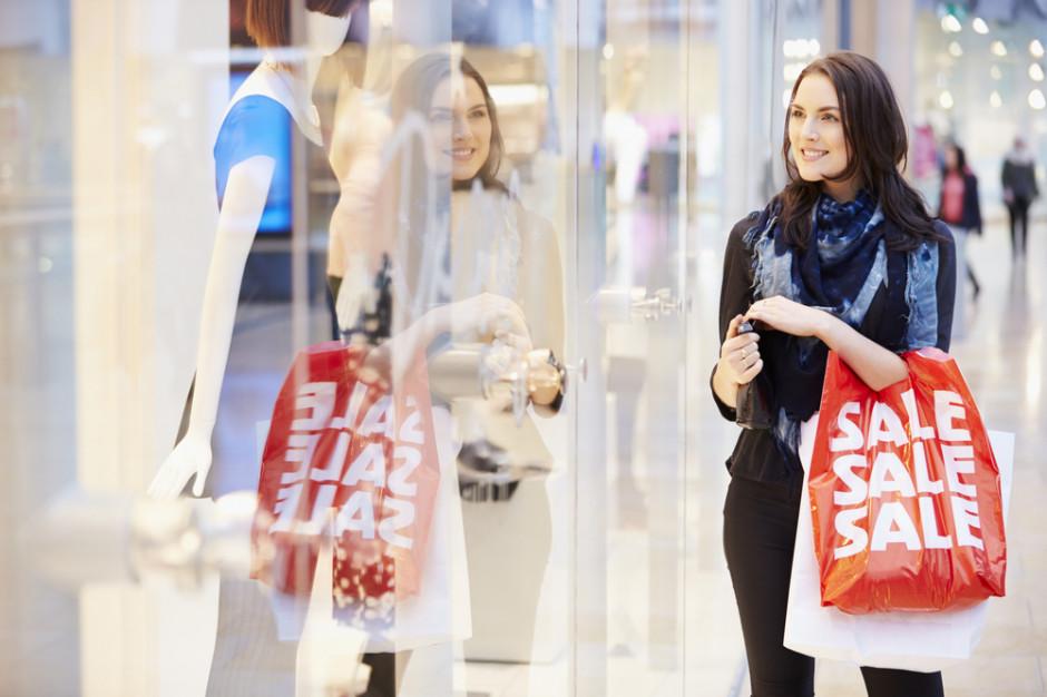 Badanie: Prawie połowa konsumentów czeka na letnie wyprzedaże