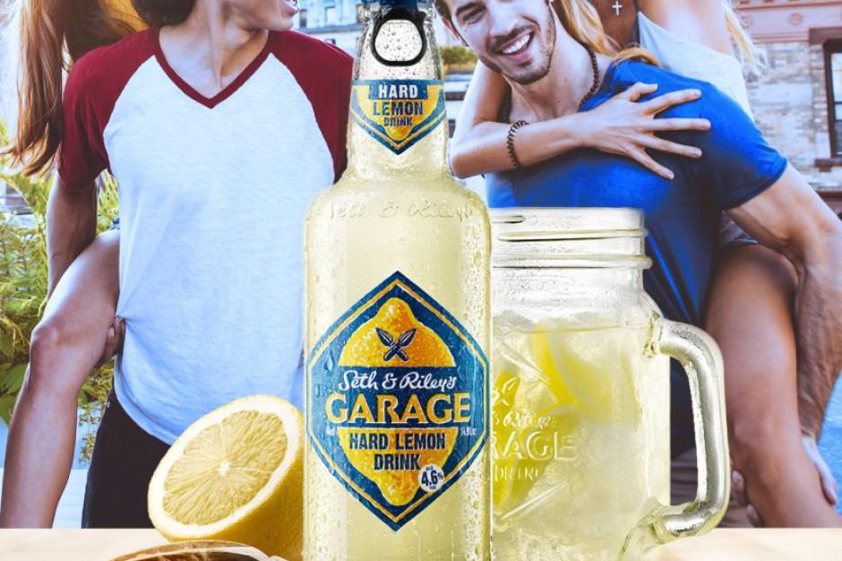Carlsberg promuje markę napojów piwnych Seth & Riley's Garage (wideo)