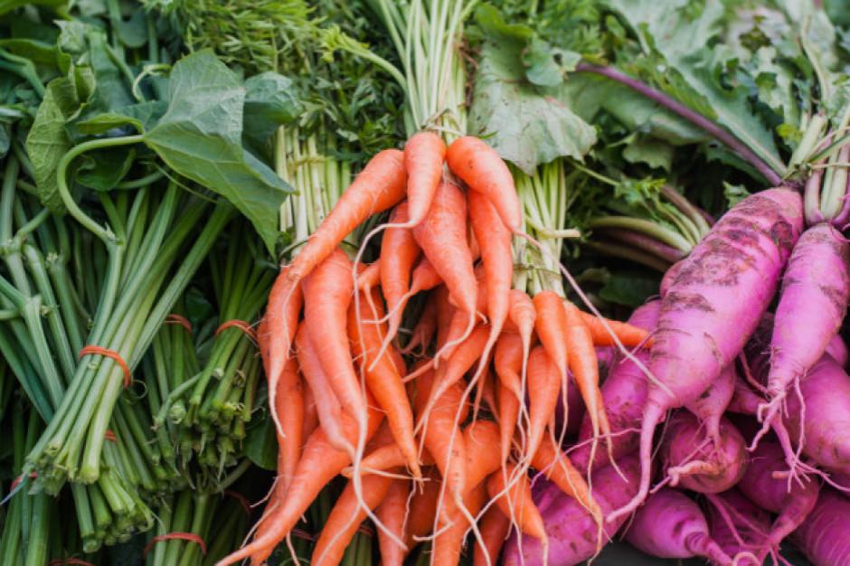 Mniej owoców i warzyw na rynku w Broniszach z powodu suszy