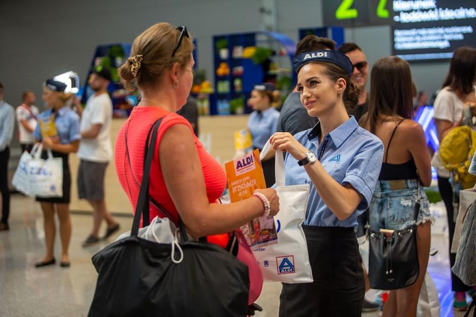 Aldi wręcza pasażerom na lotnisku w Katowicach produkty marki własnej