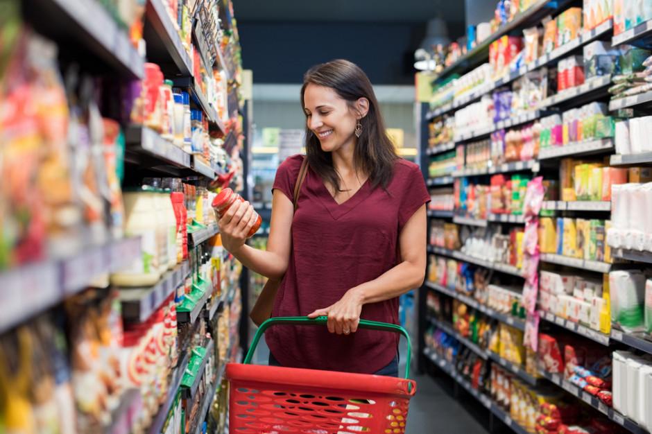 Badanie: kobiety częściej niż mężczyźni wybierają produkty, które trafiają do sklepowego koszyka