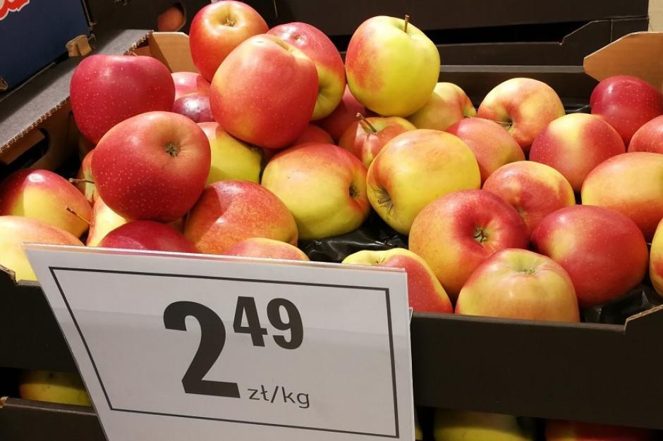 Analiza rynku detalicznego: Sklepy częściej stawiają na promocję jabłek niż bananów