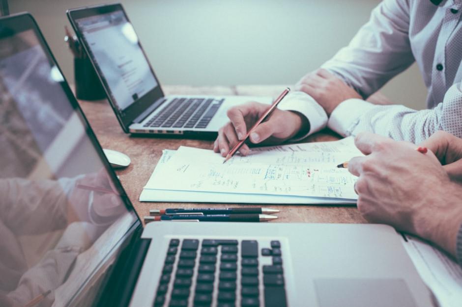 Praca w polskich firmach zyskuje na atrakcyjności (badanie)