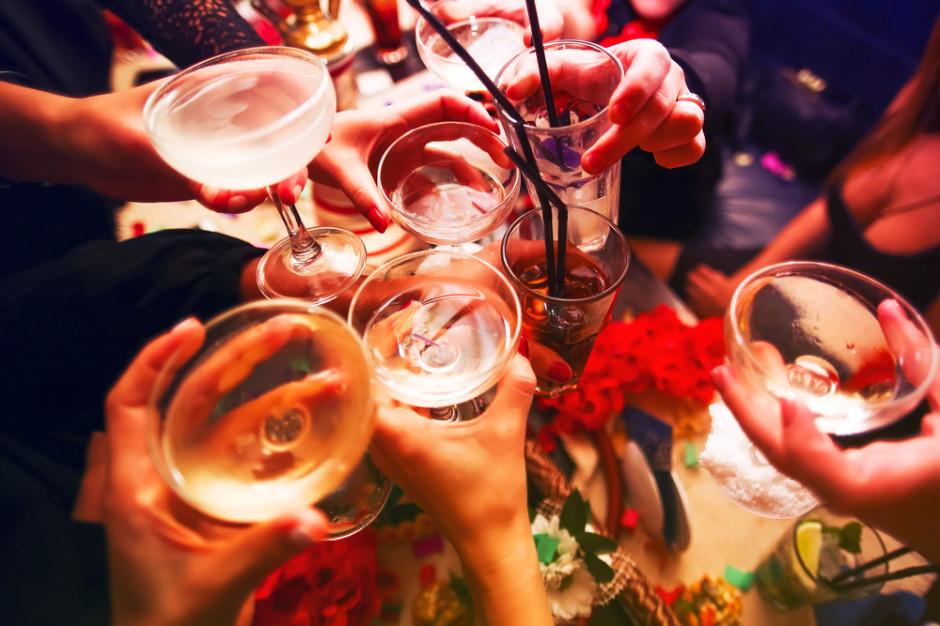 CBOS: Polacy piją mniej piwa, ale więcej wina i alkoholi wysokogatunkowych (badanie)