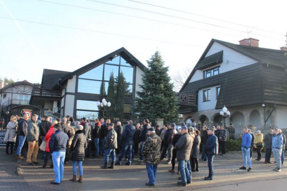 Rolnicy-wierzyciele domagali się pieniędzy za odstawione bydło do ZM Zbyszko