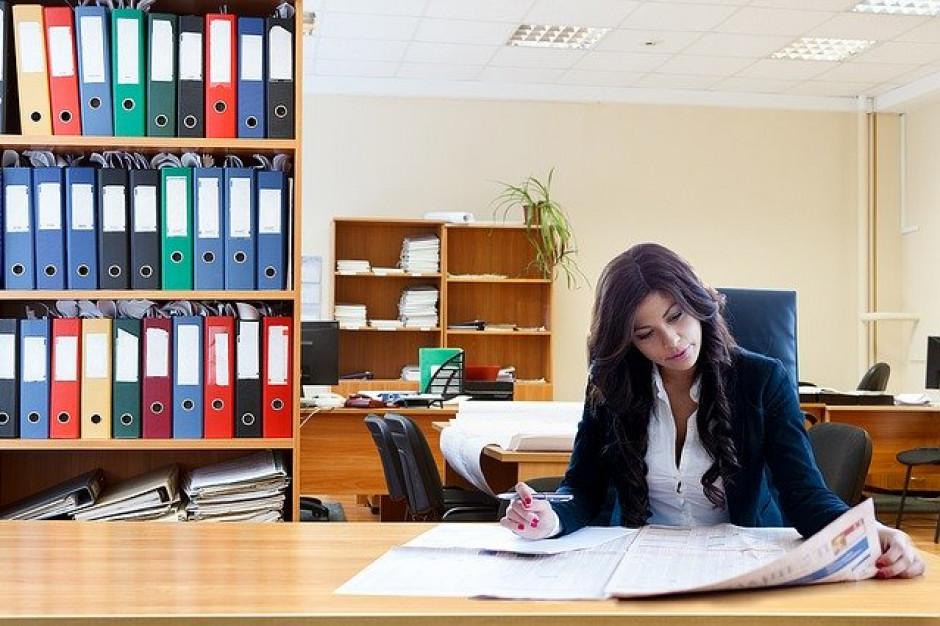 Ponad jedna trzecia biernych zawodowo kobiet chce podjąć pracę, ale tego nie robi  (badanie)