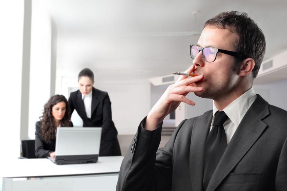 Straty przedsiębiorstw przez palącego pracownika to 20 dni roboczych i kilka tys. zł rocznie