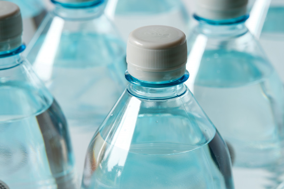 Partia Razem przeprasza producenta wody mineralnej Cisowianka