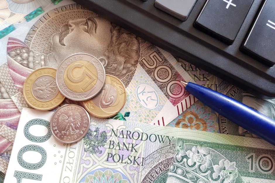 Credit Agricole: Wyższa płaca minimalna podbiła dynamikę wynagrodzeń