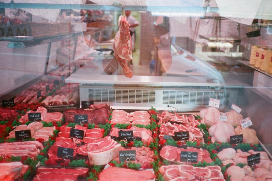 Biedronka inwestuje w lady, czyli dlaczego Polacy nie chcą pakowanego mięsa?