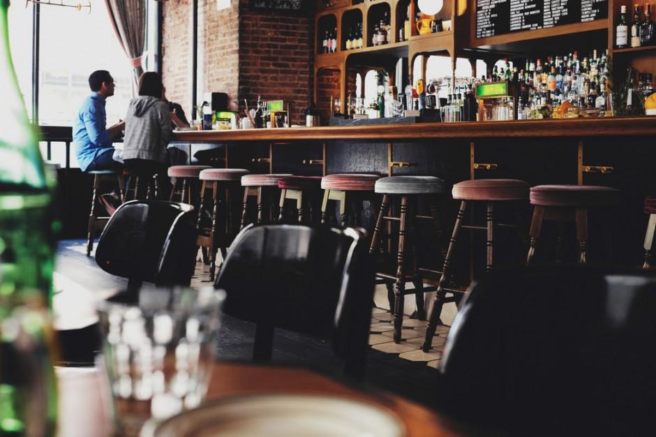 Brytyjski rząd zamyka puby i chce ratować miejsca pracy