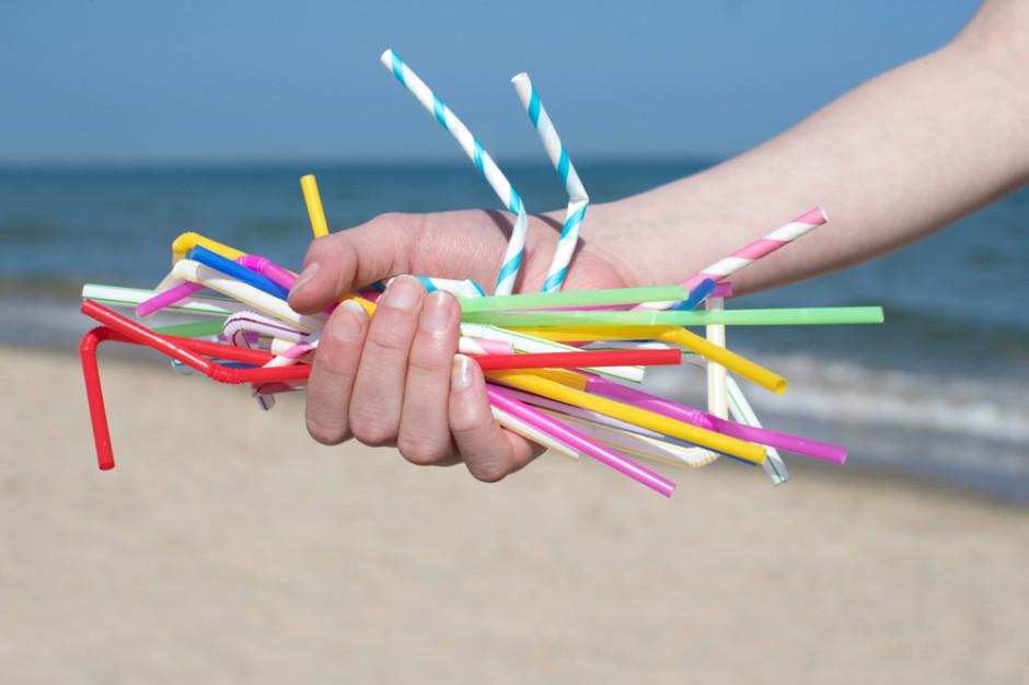 Wielka Brytania opóźnia wycofanie plastikowych słomek