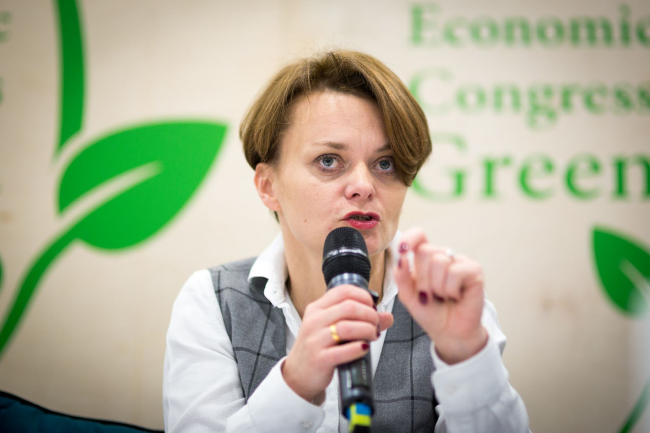 Emilewicz: W drugiej połowie maja chcemy otworzyć salony fryzjerskie i restauracje